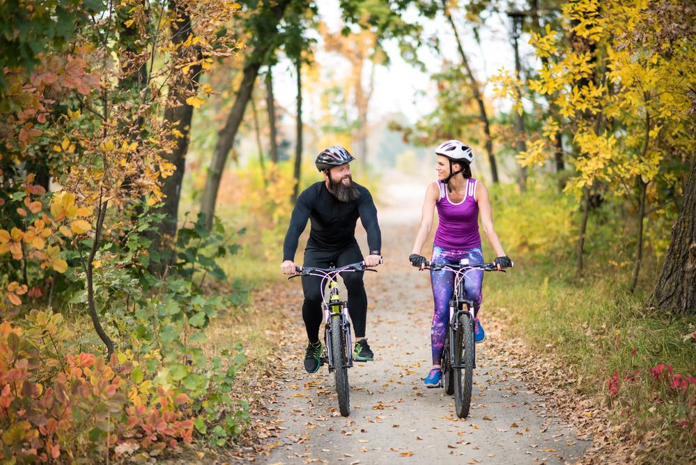 Sporten, fietsen, actief, koppel, bos